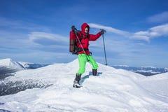 Invierno que camina en las montañas Imagenes de archivo