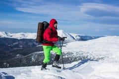 Invierno que camina en las montañas Fotos de archivo