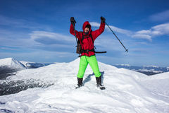 Invierno que camina en las montañas Imagen de archivo