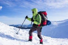 Invierno que camina en las montañas Foto de archivo libre de regalías