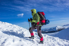 Invierno que camina en las montañas Foto de archivo