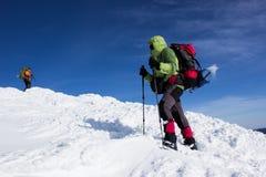 Invierno que camina en las montañas Fotografía de archivo