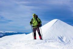 Invierno que camina en las montañas Fotografía de archivo libre de regalías