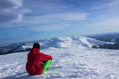 Invierno que camina en las montañas Fotos de archivo libres de regalías