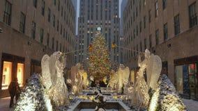Invierno que establece el árbol de navidad del centro de Rockefeller del tiro almacen de video