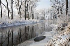 Invierno - río en la formación de hielo Foto de archivo libre de regalías
