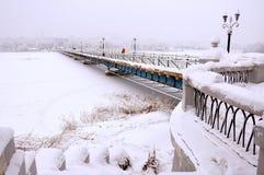 invierno, río en la nieve, puente peatonal, neblina Foto de archivo libre de regalías