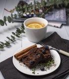 Invierno rústico acogedor del otoño de té de Hygge del brownie de la endecha casera del plano foto de archivo