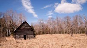 Invierno septentrional abandonado los E.E.U.U. del campo rural de la cabina foto de archivo libre de regalías
