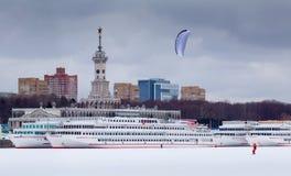 Invierno snowkiting en el puerto fluvial del norte de Moscú Foto de archivo libre de regalías