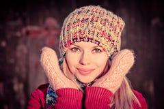 Invierno sonriente feliz hermoso de la cara de la mujer joven Foto de archivo libre de regalías