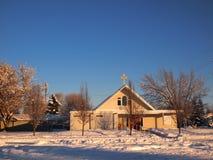 Invierno y escena de la iglesia del cielo azul Imagen de archivo