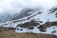 Invierno y primavera temprana en dolomías nevadas Imagenes de archivo