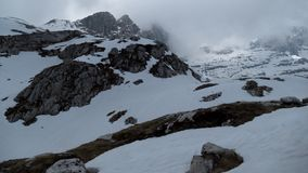 Invierno y primavera temprana en dolomías nevadas Fotografía de archivo