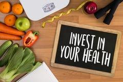 Invierta en su salud, concepto sano de la forma de vida con dieta y Fotos de archivo