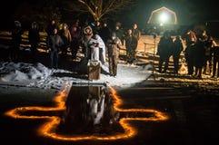 Invigningen av dopfuntnatten den kristna festmåltiden av epiphanyen i den Kaluga regionen av Ryssland Arkivbild