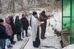 Invigningen av vattenkällan på den kristna ferien av dopet i den Kaluga regionen av Ryssland Arkivbilder
