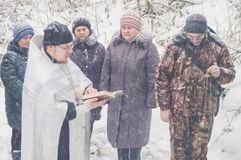 Invigningen av vattenkällan på den kristna ferien av dopet i den Kaluga regionen av Ryssland Fotografering för Bildbyråer