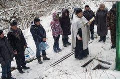 Invigningen av vattenkällan på den kristna ferien av dopet i den Kaluga regionen av Ryssland Royaltyfri Fotografi