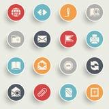 Invii con la posta elettronica le icone con i bottoni di colore su fondo grigio Fotografie Stock
