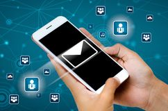 Invii il email con la vista mobile di un concetto di invio del messaggio con immagini stock