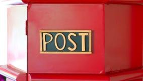 Invii il segno di parola del contenitore rosso di posta Fotografie Stock Libere da Diritti