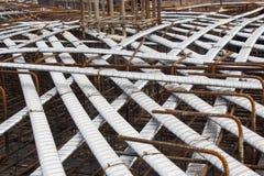 Invii il sistema di tensione, armatura in cemento armato con i cavi di tensione nella struttura del fascio, il pavimento della gr Fotografia Stock