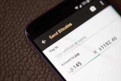 Invio dei bitcoins sullo smartphone fotografia stock