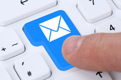 Invio del messaggio della posta del email del email sul computer Fotografia Stock