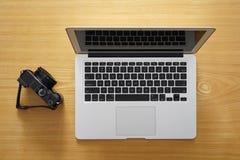 Invio delle immagini online tramite il computer portatile fotografia stock libera da diritti