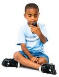 Invio di messaggi di testo africano del ragazzo fotografia stock libera da diritti