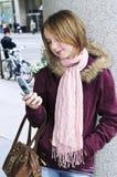 Invio di messaggi di testo dell'adolescente fotografie stock