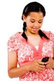 Invio di messaggi di testo dell'adolescente fotografia stock libera da diritti