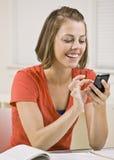 Invio di messaggi di testo dell'allievo sul telefono delle cellule in aula Fotografia Stock Libera da Diritti