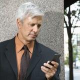 Invio di messaggi di testo dell'uomo d'affari. Immagini Stock