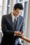 Invio di messaggi di testo dell'uomo d'affari sul telefono delle cellule fotografia stock libera da diritti