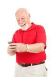 Invio di messaggi di testo dell'uomo maggiore immagini stock libere da diritti