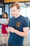 Invio di messaggi di testo dell'uomo sullo smartphone immagini stock libere da diritti