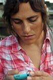 Invio di messaggi di testo della donna fotografia stock libera da diritti