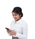 Invio di messaggi di testo della donna di affari Immagine Stock