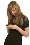 Invio di messaggi di testo della giovane donna Fotografia Stock