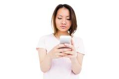 Invio di messaggi di testo della giovane donna sul telefono cellulare immagine stock