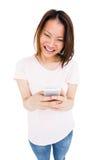 Invio di messaggi di testo della giovane donna sul telefono cellulare immagini stock libere da diritti