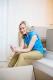 Invio di messaggi di testo della giovane donna sul telefono cellulare Fotografie Stock