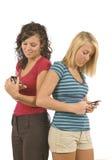 Invio di messaggi di testo di anni dell'adolescenza riveduto Fotografia Stock