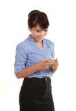 Invio di messaggi di testo felice della donna di affari immagine stock libera da diritti