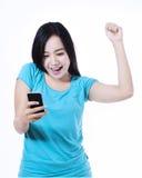 Invio di messaggi di testo felice della giovane donna immagini stock