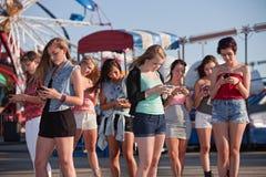 Invio di messaggi di testo teenager delle ragazze Immagini Stock Libere da Diritti