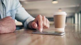 Invio di messaggi di testo di blogger sopra il telefono cellulare sulla tavola video d archivio