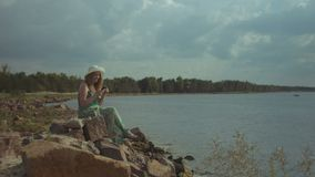 Invio di messaggi di testo della donna sullo Smart Phone alla spiaggia archivi video